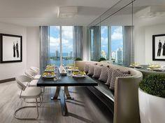 salle manger luxueuse avec chaises et banquette