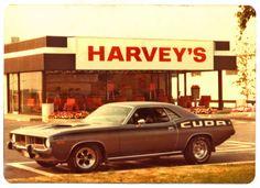 Plymouth Hemi cuda devant un restaurant Harvey's Dodge Muscle Cars, 70s Cars, Cool Old Cars, Pony Car, Drag Cars, American Muscle Cars, Vintage Cars, Vintage Auto, Vintage Stuff