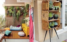 A varanda com jeito de quintal é, segundo a moradora Adriana Gama, o melhor do apartamento. Há deque com pufes, jardim vertical, rede e muito espaço para plantas. A estante feita com caixotes por ela acomoda as suculentas