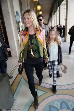 Kate Moss takes her daughter girl Lila to Paris Fashion Week show Moss Fashion, Star Fashion, Fashion Outfits, Kate Moss Style, Street Style 2014, Superhero Fashion, Queen Kate, St Style, Street Outfit
