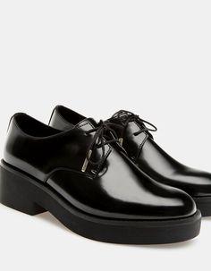 En Stradivarius encontrarás 1 Zapato plano acordonado para mujer por sólo 379…