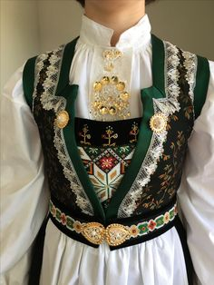 Detalj frå Os bunad epoke II Folk Costume, Costumes, Norwegian Clothing, Scandinavian Folk Art, Folk Clothing, Folk Fashion, Classy And Fabulous, Traditional Dresses, Norway
