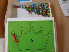 Allerlei vormen (bijvoorbeeld van een simpele kleurplaat) maken door te prikken met punaises.