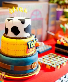 Aniversário: tema Toy Story - Constance Zahn - Toys for years old happy toys Toy Story Birthday Cake, Woody Birthday, 2nd Birthday Parties, Birthday Party Decorations, Baby Birthday, Birthday Ideas, Toy Story Theme, Toy Story Party, Toy Story 3