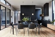 This Modern Australian House Wraps Around A Courtyard For Indoor / Outdoor Living Dining Room Lighting, Dining Room Sets, Dining Room Design, Kitchen Lighting, Dining Chairs, Dining Table, Casa Patio, Patio Interior, Room Interior