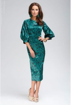 Изумрудное платье длины миди с черным цветочным орнаментом и пышным рукавом