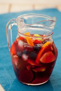 Sangria: the best recipe ever. Read the article and discover the best recipe to make a perfect Spanish sangria at home for your summer. Best Sangria Recipe, Red Sangria Recipes, Margarita Recipes, Punch Recipes, Portuguese Sangria Recipe, Easy Spanish Recipes, How To Make Sangria, Best Food Ever, In Vino Veritas