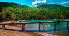 Píer sobre a praia das Palmas, na Ilha Grande, um dos destaques da Costa Verde. Esta fica no litoral sul do estado do Rio de Janeiro, Brasil, e é considerada um dos lugares mais bonitos para se conhecer no país.  Fotografia: Creative Commons / Rafael Vianna Croffi.