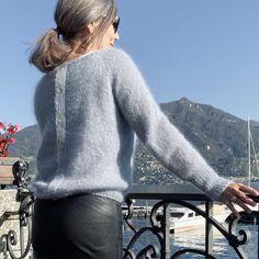 I sommer lavede jeg en skøn t-shirt i det blødeste bomuld, med knapper ned langs ryggen. Jeg elskede den så højt, at jeg blev nødt til også at lave en … Crochet Cardigan, Knit Crochet, Naturally Curly Bob, Free Pattern, Ravelry, Men Sweater, Pullover, Knitting, Sweaters