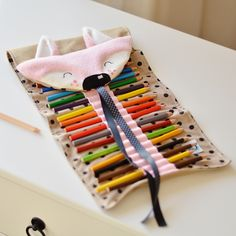 Roll up pencil case roe Diy Crafts Hacks, Diy Crafts For Gifts, Easy Crafts For Kids, Toddler Crafts, Felt Crafts, Diy For Kids, Big Pencil Cases, Roll Up Pencil Case, Diy Bag Designs