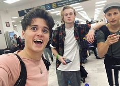 The Vamps en México Bradley Simpson, Bradley The Vamps, Will Simpson, Music X, Friends Tv Show, 1d And 5sos, Attractive People, Good Looking Men, Playing Guitar
