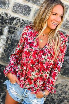 Une sublime blouse à fleurs rouge, c'est l'assurance d'un look au top. Look Short, Floral Tops, Shorts, My Style, Earth Angels, Outfits, Clothes, Collection, Women