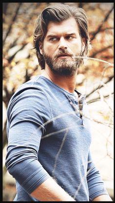 Kivanç Tatlitug Cesur ve Guzel Ask Netflix To Stream it NOW Cesur Suhan Best Actor Blue Shirt Angry Look Blue Shirt Muscles Beautiful Turkish Men, Turkish Beauty, Turkish Actors, Beautiful Men Faces, Gorgeous Men, Medium Hair Cuts, Medium Hair Styles, Today's Man, Beard Lover
