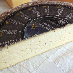 """HOCHPUSTERTALER (FORMAGGIO ALTA PUSTERIA) P.A.T. Formaggio semigrasso o grasso, di media o lunga stagionatura, a pasta semidura o dura. Nel 1883 gli allevatori della zona costituirono una delle prime cooperative. Da allora, il """"formaggio di Dobbiaco"""" viene prodotto con il latte vaccino dei masi. Sia a latte parzialmente scremato, sia intero #formaggio #tipico #altoadige #Italy #iloveitaly #travelitaly #eataly #gourmet #foodie #sommelier #carnevaliluigi.it """