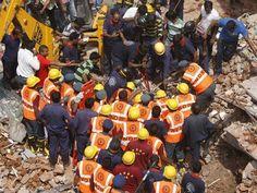Equipes de resgate cortam o concreto durante operação de busca por sobreviventes após o colapso de dois edifícios na cidade de Vadodra, na Índia. (Foto: Amit Dave / Reuters)