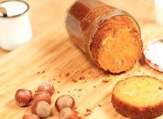 Un gâteau à la carotte et à la noisette cuite dans un bocal. Un Cake, Meat, Desserts, Food, Preserves, Drinks, Recipe Videos, Jar, Tailgate Desserts
