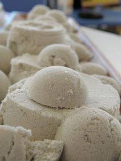 moon sand : 4 tasses de sable, 2 tasses de maïzena et 1 tasse d'eau.