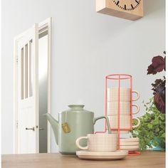 Une jolie empilade de 4 tasses et coupelles pour boire l'Espresso du matin ou la petite tisane du soir.  Vaisselle en céramique rose pâle et motif quadrillé blanc.  Tasses h 6 cm x diamètre 7 cm. Sous-tasses diamètre 12 x h 2,5 cm. Design Studio Stijll. 25,50 € http://www.lafolleadresse.com/ceramique-epuree/1395-set-espresso-grid-rose-pale-tasse-coupelles.html
