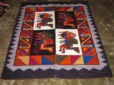 Webteppich aus Peru, Baile de las Tijeras    Webteppich aus Merinowolle mit einer traditionellen Technik aus den Anden handgewebt.  Das Muster ist liebevoll gestaltet und zeigt Tänzer des Baile de las Tijeras ( Scherentanz), ein berühmter Folkstanz in der Siera Perus.  Farbenfroh und in einem mediteranen Design.    Eine aufwendige und aussergewoehnliche Handarbeit,ein Blickfang in einem jeden Raum.