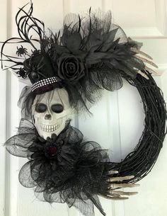 30 Amazing Halloween Decorations To Get Your Home Ready For The Holiday. If you are looking for Halloween Decorations To Get Your Home Ready For The Holiday, You come to the right place. Diy Halloween, Porche Halloween, Happy Halloween, Moldes Halloween, Halloween Door Wreaths, Adornos Halloween, Halloween Door Decorations, Halloween Skull, Holidays Halloween