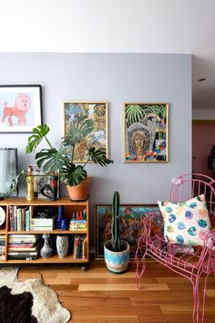 A Big Fun Colorful Maximalist Mashup in Melbourne LOVE the pink wire chair –maybe incorporate one into library living room The post A Big Fun Colorful Maximalist Mashup in Melbourne appeared first on Decor Ideas. Decor Room, Living Room Decor, Diy Home Decor, Bedroom Decor, Bedroom Colors, Entryway Decor, Wall Decor, Wall Mural, 60s Bedroom