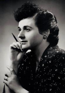 Décédée hier à l'âge de 93 ans, Madeleine Parent a œuvré toute sa vie pour plus de justice sociale. Dès les années 1930, elle revendiquait pour les jeunes un droit d'accès universel à l'éducation, en même temps qu'elle militait pour obtenir le droit de vote des femmes. Elle est photographiée ici en 1949, à Montréal, par George Nakash, l'oncle du renommé photographe Yousuf Karsh.<br />