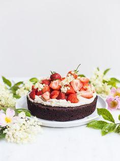 chocolate cake with cashew cream (gluten-free)