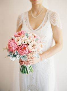 Get inspired: A gorgeous bridal bouquet with peonies and garden roses. #Wedding perfect!