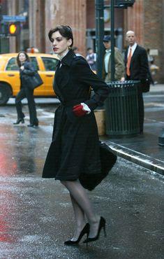 one of the cool outfits worn by Anne Hathaway on The Devil Wears Prada. Estilo Da Anne Hathaway, Anne Hathaway Style, Prada Outfits, Fashion Outfits, Womens Fashion, Prada Dress, Anne Jacqueline Hathaway, Miranda Priestly, Devil Wears Prada