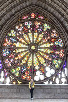 La ventana en la Basílica del Voto Nacional! 10 Lugares que visitar en histórico de Quito Ecuador.