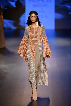 Label Ritu Kumar at Lakmé Fashion Week Winter/Festive 2018 Celebrity Fashion Outfits, Celebrity Style, Celebrities Fashion, Fashion Tips, Pakistani Bridal Wear, Pakistani Dresses, Neeta Lulla, Ritu Kumar, Solange Knowles