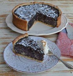 Saftig leckerer Mohnkuchen mit Grieß, Mandeln, Äpfeln, Vanille und Rosinen  auf einem knusprigen Buttermürbeteig