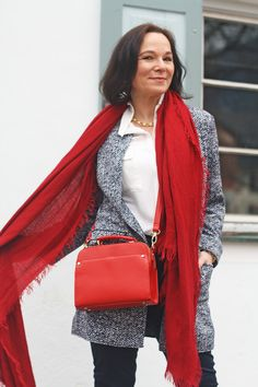 Classic, casual look in maritime colours with a red statement piece