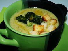 Brokolici očistíme, nakrájíme a dáme varit spolu s bramborou nakrájenou na kostky a bujonovou kostkou do vody.Varíme do změknutí(tj. asi 20-25... What To Cook, Cheeseburger Chowder, Mashed Potatoes, Curry, Food And Drink, Soup, Treats, Cooking, Ethnic Recipes