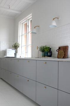 Ikea Metod Veddinge grey cabinet doors with brass door knobs. Wish this is… Ikea Metod Veddinge grey cabinet doors with brass door knobs. Interior Desing, Interior Modern, Kitchen Interior, Interior Architecture, Kitchen Ikea, Kitchen Dining, Kitchen Decor, Kitchen White, Kitchen Door Knobs