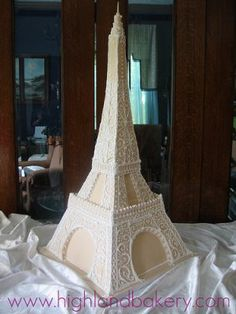 um, what. Eiffel Tower wedding cake??? YES.
