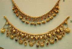 The Etruscan period of Rome was marked by great wealth. The Etruscan people were famous for their expansive use of gold, especially in jewelry like the necklace shown above. Greek Jewelry, Gold Jewelry, Fine Jewelry, Gold Necklaces, Indian Jewelry Sets, Ancient Jewelry, Antique Jewelry, Vintage Jewelry, Maxi Collar