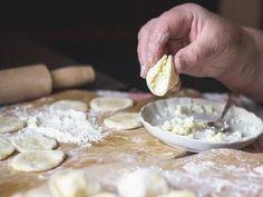 Ten trik już dawno podchwyciły wszystkie kulinarne szychy - i Magda Gessler, i Robert Makłowicz. Ten przepis wykorzystujący jedną sztuczkę wychodzi zawsze. Tak przygotowane pierogi nigdy nie kleją się do stolnicy, łatwo się wałkują. Ciasto jest elastyczne, miękkie. A ugotowane, z obojętnie jakim nadzieniem, tworzy potrawę doskonałą. Snack Recipes, Cooking Recipes, Polish Recipes, What To Cook, I Foods, Food Inspiration, Dessert, Good Food, Food And Drink
