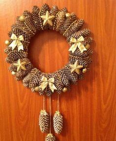 Adventní věnec nemusí být jen z jehličí. Podívejte se, na trošku jiné adventní věnce které vám mohou vydržet déle než jednu zimu! Pine Cone Christmas Decorations, Christmas Pine Cones, Pinecone Ornaments, Holiday Wreaths, Christmas Crafts, Christmas Ornaments, Pine Cone Art, Pine Cone Crafts, Wreath Crafts