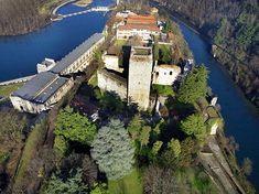 Il Castello di Trezzo sull'Adda è situato su un promontorio su un'ansa del fiume Adda. La sua posizione strategica fu sfruttata già in epoca Longobarda e successivamente dal Barbarossa