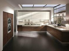 fenetre cuisine et plafond vitré, meubles en bois et blanc laqué et parquet foncé