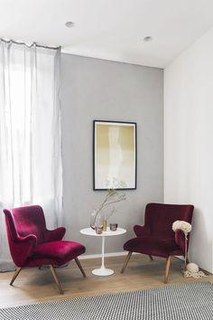 Fauteuils en velours et nuances framboise dans le salon