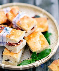 Italialainen peltileipä muuntuu moneksi – katso 6 reseptiä! - Kotiliesi.fi Savory Pastry, Bun Recipe, Pepperoni, Feta, Sandwiches, Tasty, Cheese, Baking, Buns