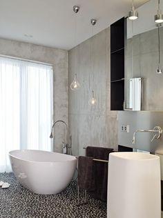 modernes Badezimmer mit freistehender Badewanne und interessanter Armatur