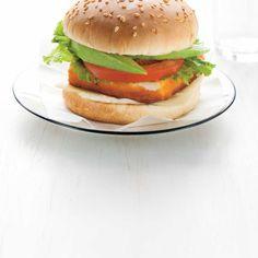 Burgers au tofu pané | Ricardo Burger Bread, Tofu Burger, Salmon Burgers, Hamburger Recipes, Seitan, Tempeh, Ricardo Recipe, Vegetarian Recipes, Kitchens