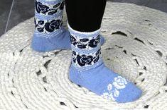 Sinivalkoinen Ingrid-sukka neulotaan pehmeästä Roosa nauha -sukkalangasta. Sinivalkoinen käsityövinkki Taito Pirkanmaa, Taitojärjestö. Knitting Socks, Knit Socks, Knitting Projects, Mittens, Crocs, Rubber Rain Boots, Sandals, Fashion, Knitting Designs