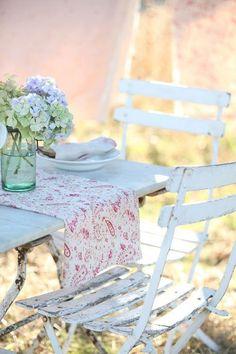 shabby french dining al fresco Shabby Cottage, Shabby Chic Homes, Shabby Chic Decor, Cottage Style, Cozy Cottage, Cottage Living, Rustic Decor, Farmhouse Decor, Yellow Cactus