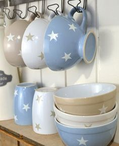 Blue, beige and white stars in teacups 'n else I just hapn to love 'ese! Diy Interior, Cocinas Kitchen, Twinkle Twinkle Little Star, Kitchen Supplies, Tea Pots, Sweet Home, Blue And White, White Beige, Dishes