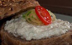 Pomazánka z nivy, tvarohu a zakysané smetany. Kdo nemá rád česnek, vynechá ho a pomazánka je i tak fantastická. Dobrou chuť!