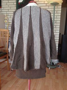 Hæklet frakke i 100 % uld.  Design karen Falkenberg.